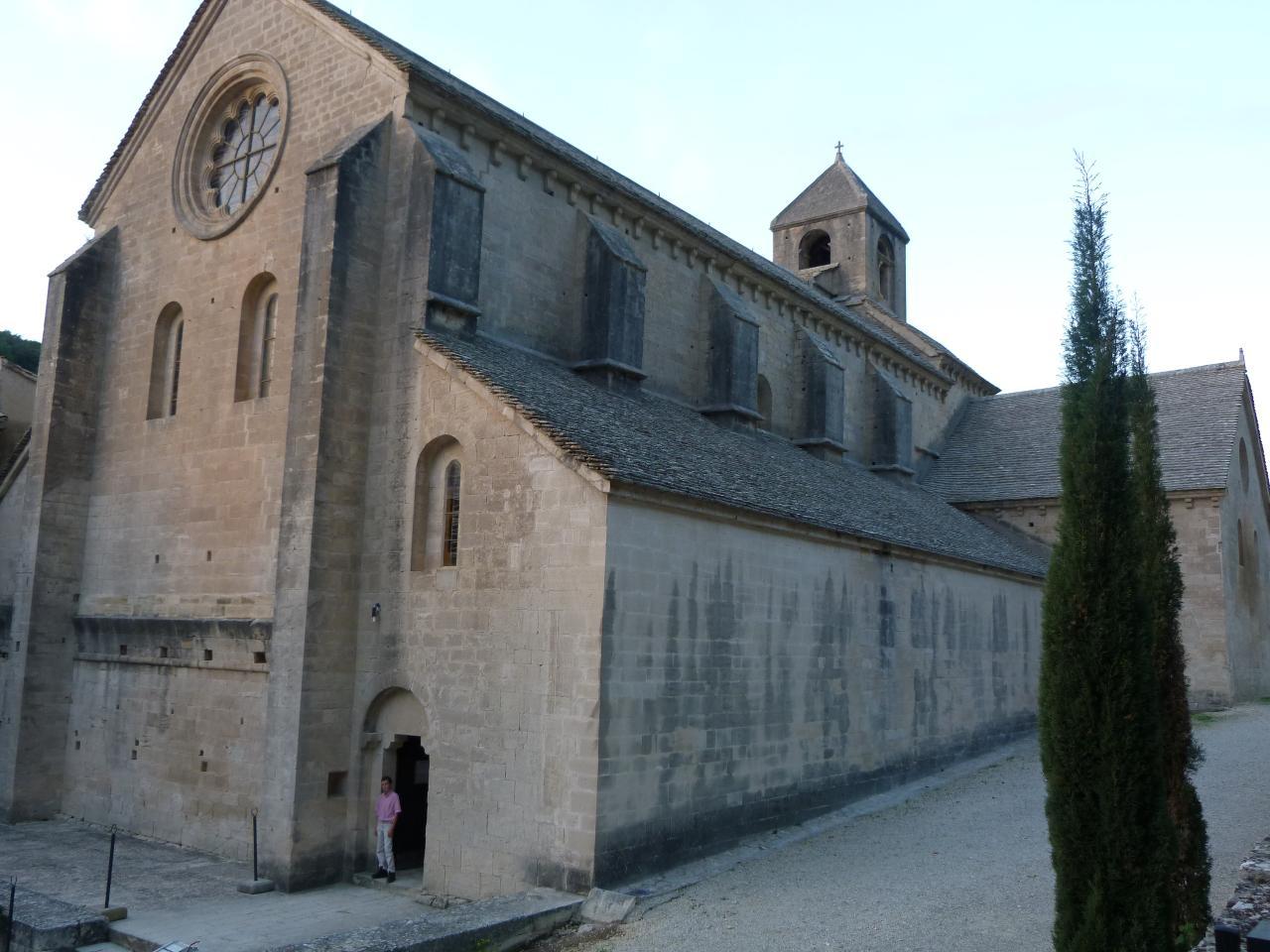 Vue extérieure de la nef et du porche de l'église abbatiale